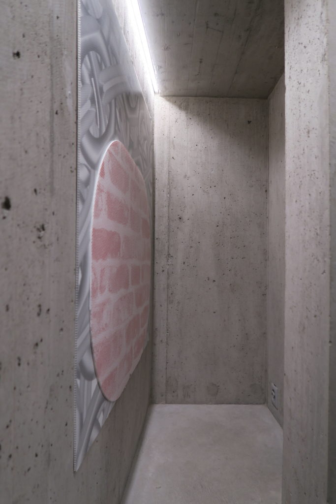 Baker Wardlaw, Sequence/stack, 2020, cut UV print on corrugated plastic, 100 x100 cm.exposition Lemme Art Contemporain, artist-run space, Sion, 27 juin-29 août 2020