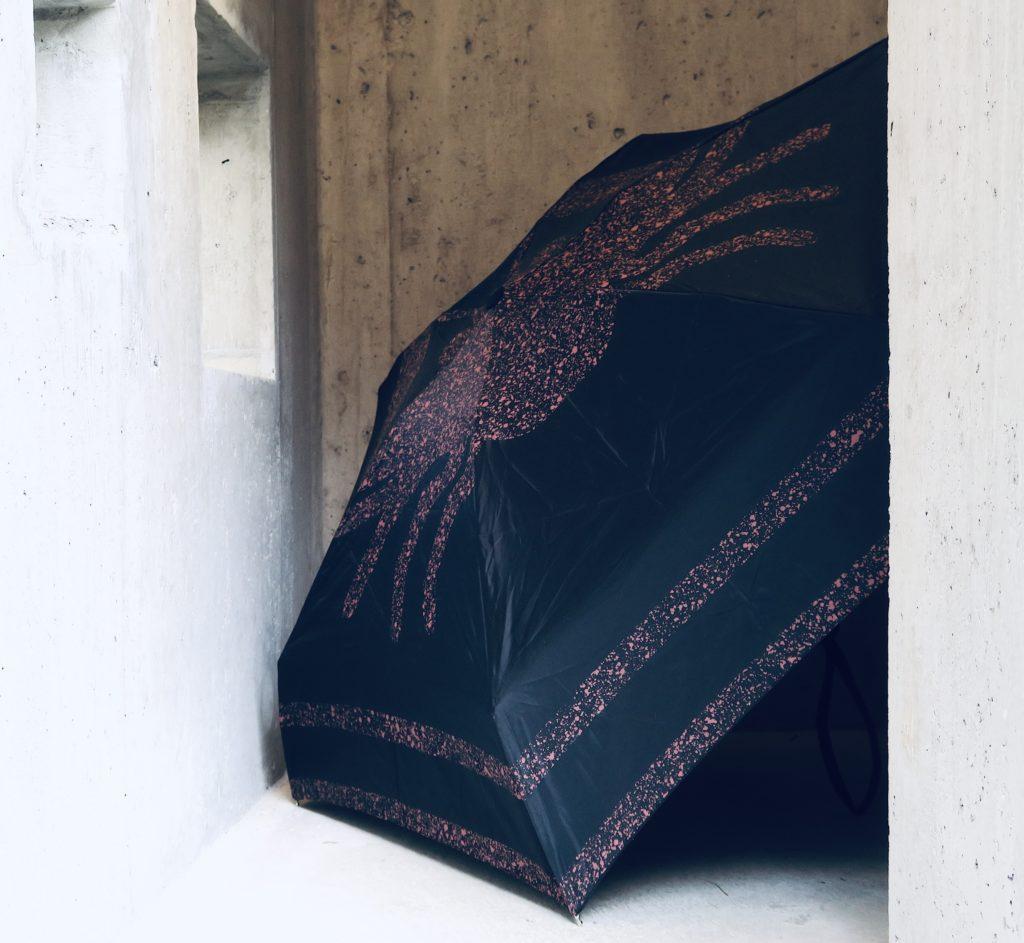 Atelier E.B, Scutum Umbrella, 2018, collection Jasperwear, parapluie pliable, nylon, 90 cm diamètre, collection privée. Welding in Space, curated by Claire Fitzgerald, @ Lemme Art Contemporain, an artist-run space imagined by Pierre Vadi.