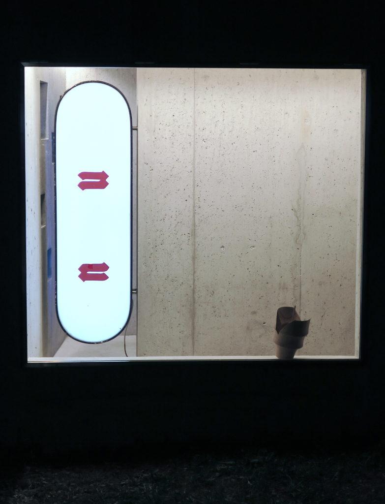 Nu, 2021, enseigne lumineuse, adhésifs, 121 x 36 x 21 cm